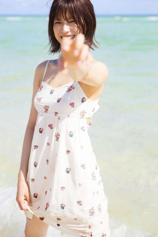 欅坂46渡邉理佐(20)の初写真集で見せる水着がエロいww【エロ画像】