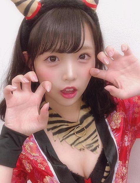 NMB48植村梓(19)の胸チラ谷間が小ぶりだがエロいww【エロ画像】