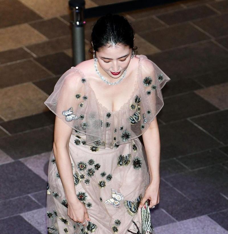 長澤まさみ(29)シースルードレス姿の胸チラ谷間が柔らかそうでマジエロいwwどんどんセクシーになるなww【エロ画像】