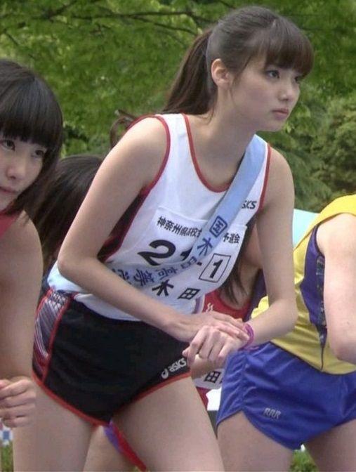新川優愛ちゃん(19)がマラソンユニで究極のエロボディを披露【エロ画像】