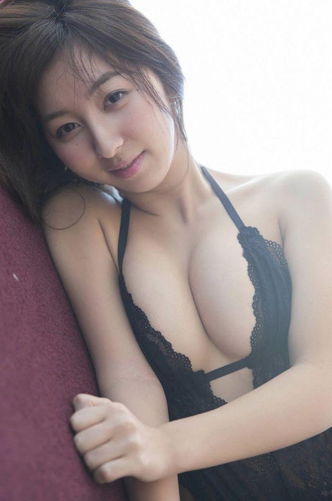 飯田里穂(26)ラブライブ声優のハミ乳おっぱいグラビアがぐうシコww【エロ画像】