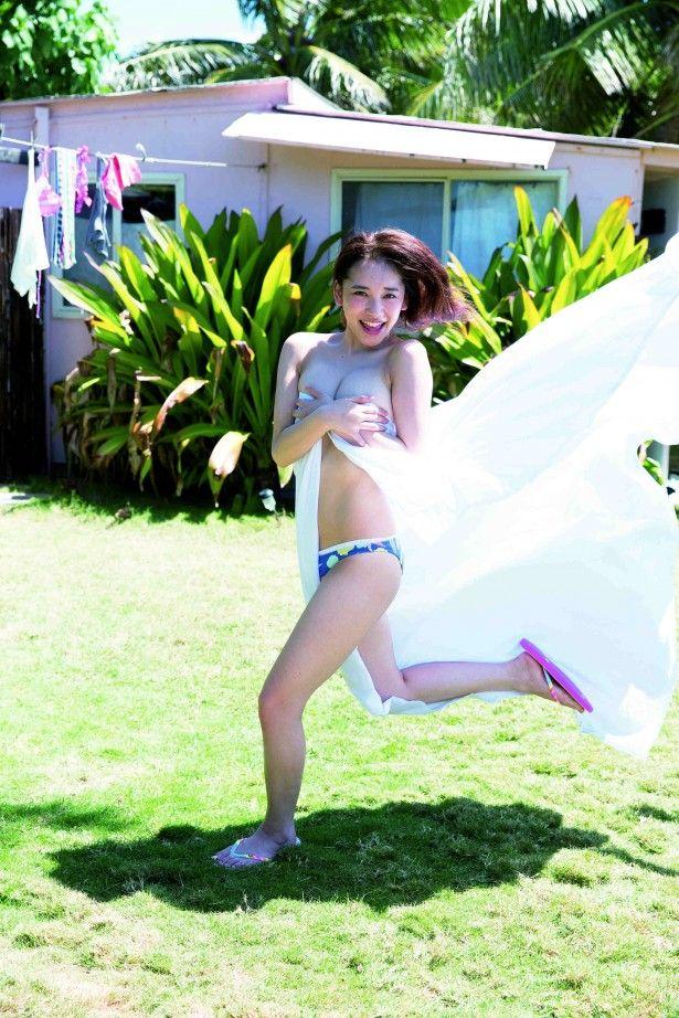 ムッチリ巨乳の都丸紗也華(20)ファースト写真集 「とまるまる」の手ブラがエロすぎて何度でも抜けるww【エロ画像】