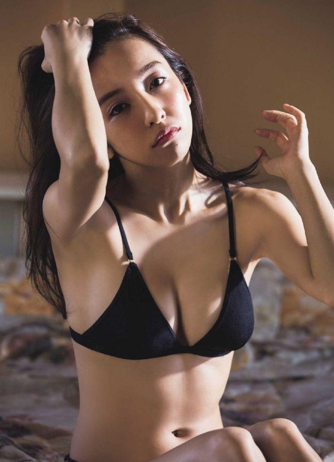 板野友美(26)下着写真集が生々しくてエロいww【エロ画像】