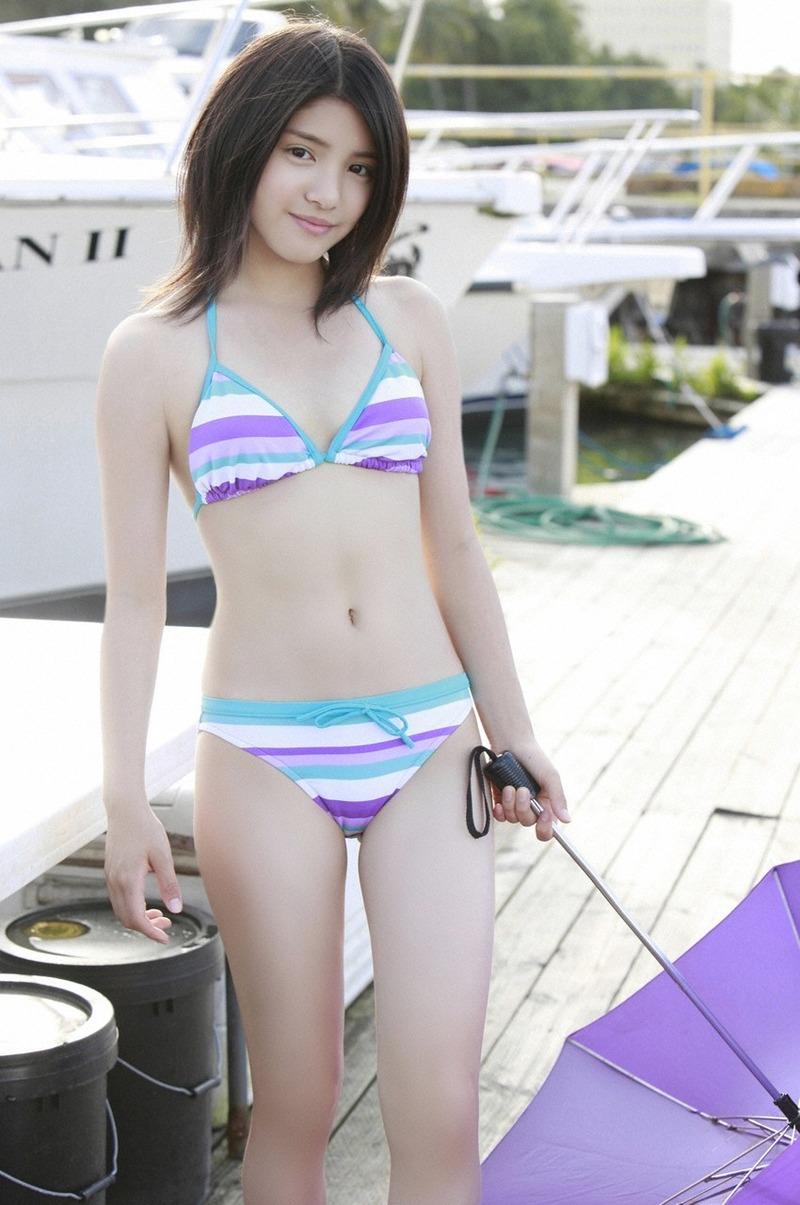 川島海荷(22)が後ろからのくびれショット披露!水着姿で小柄ボディ披露!