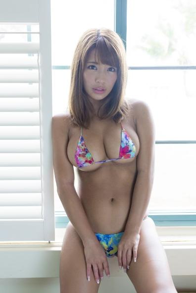 橋本梨菜(24)のハミ乳しそうな水着姿がくっそエロいww【エロ画像】