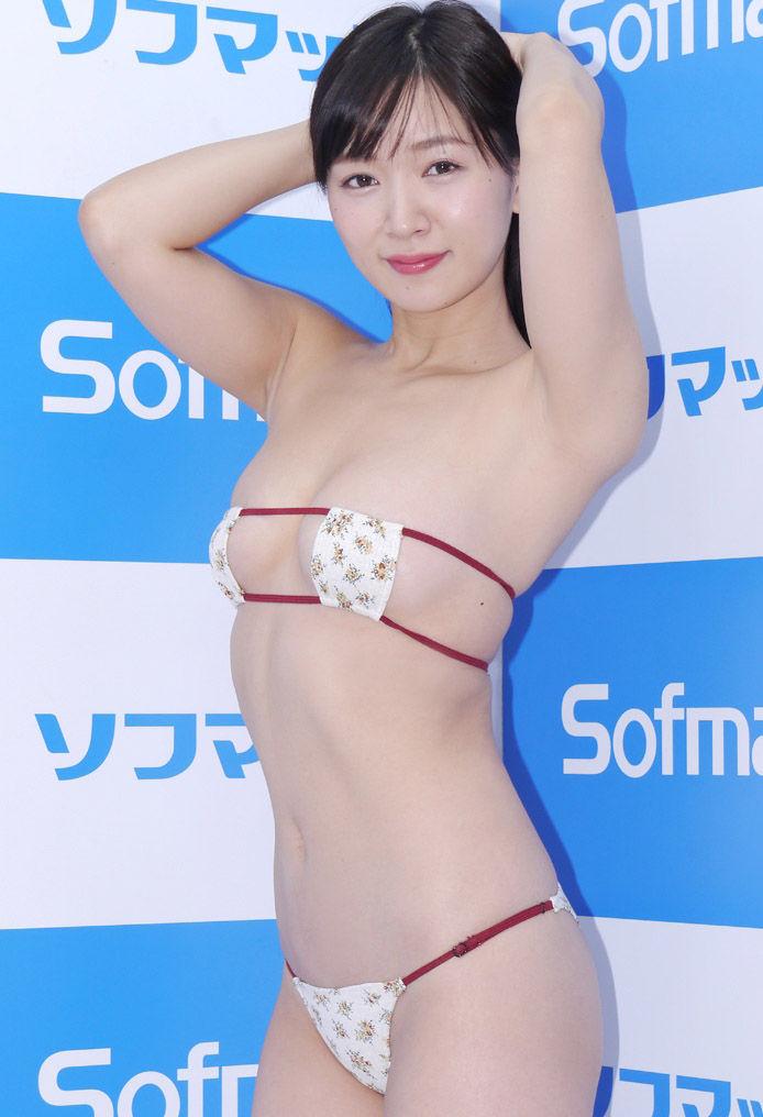 階戸瑠李(29)眼帯ビキニや横乳がくっそエロいww【エロ画像】