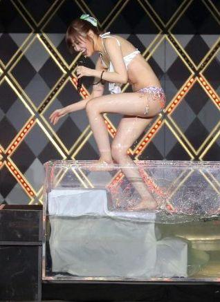指原莉乃(24)熱湯風呂で生着替えでドスケベ水着姿を披露ww【エロ画像】