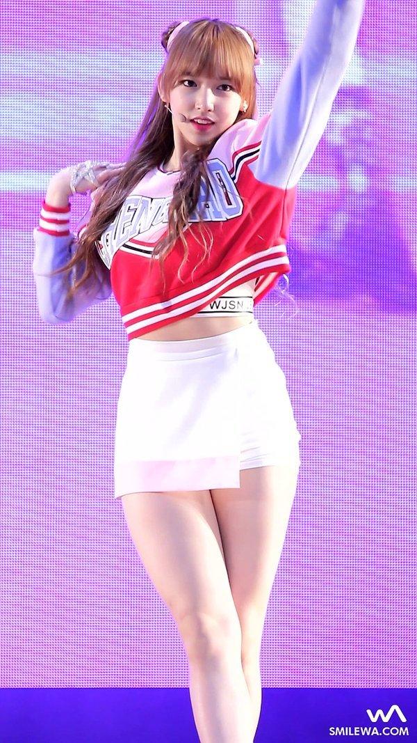 宇宙少女・ソンソ(18)韓国アイドルのドスケベ始球式にスタイル抜群の美脚コンサートがたまらんww【エロ画像】
