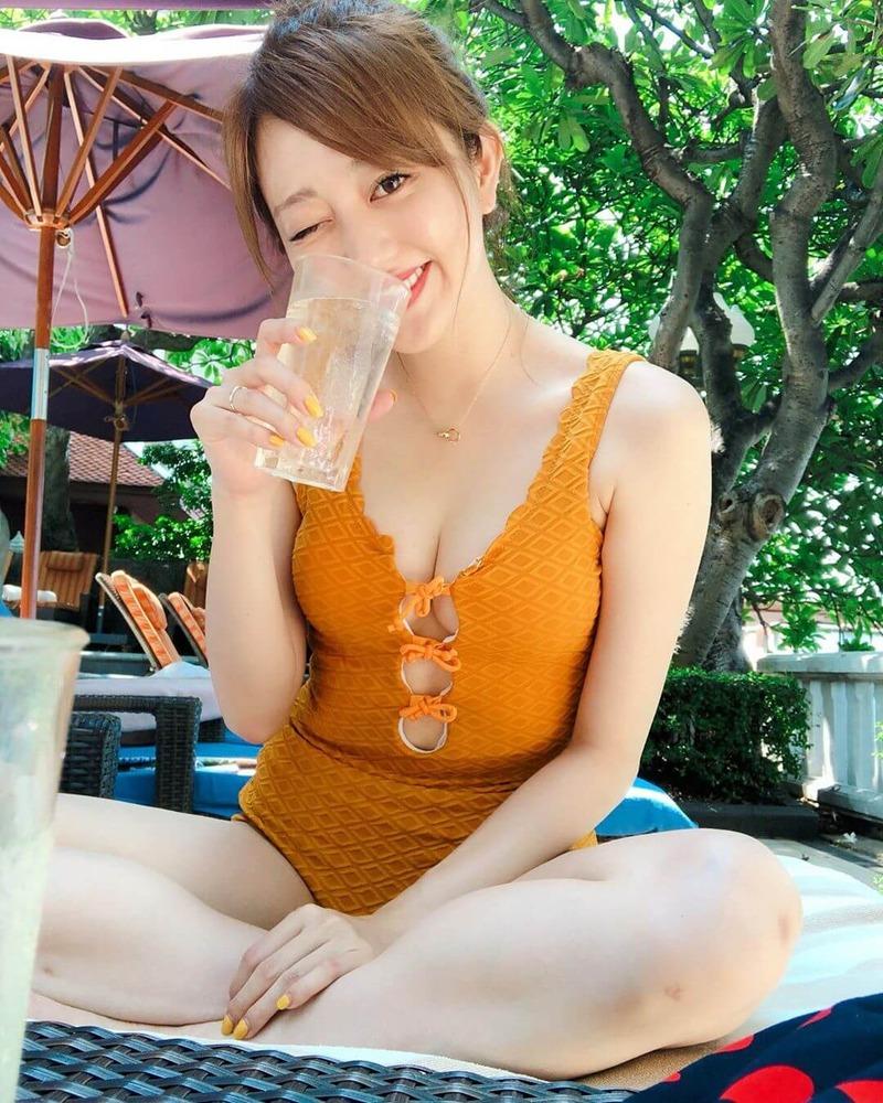菊地亜美(28)のインスタ水着写真の胸チラ谷間がエロいww【エロ画像】