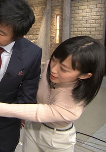 竹内由恵アナ(32)の着衣ニットでおっぱい押し付けててエロいww【エロ画像】