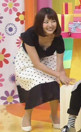 滝菜月アナ(25)のさり気ない胸チラがエッチww【エロ画像】