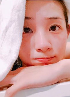 足立梨花(25)インスタ入浴セクシーショットがエロいww【エロ画像】