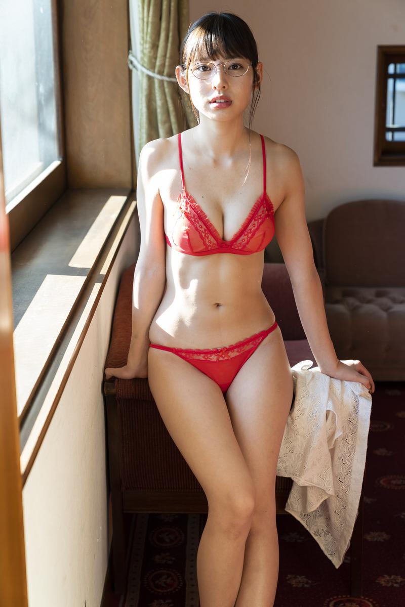沖口優奈(20)のメガネ姿の水着グラビアがぐうシコww【エロ画像】
