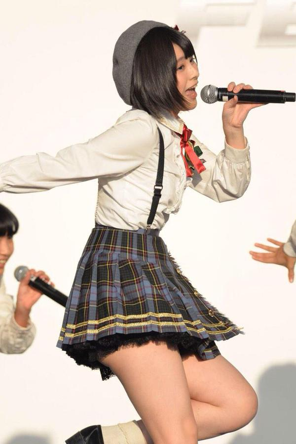 AKB佐藤栞(17)のハミ尻とムチムチ太ももがエロい!JK制服姿にフルボッキ【エロ画像】