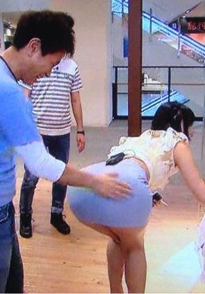 倉持由香(26)の浜ちゃんが我慢できずに触ったデカ尻が抜けるww【エロ画像】