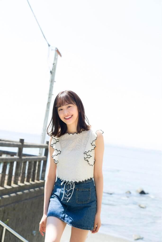 尾碕真花(18)の最新グラビアの生脚太ももがけしからんww【エロ画像】