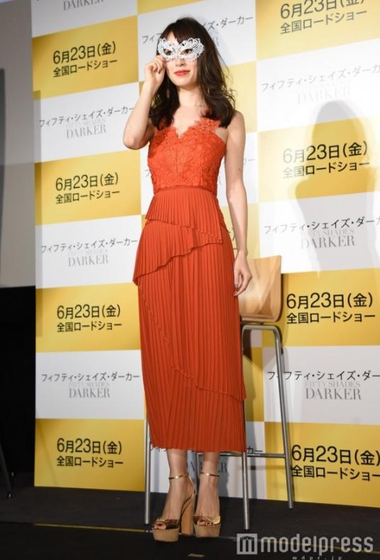 泉里香(28)仮面舞踏会風ドレスがぐうシコ!ww着衣巨乳人気は衰えねえなww【エロ画像】