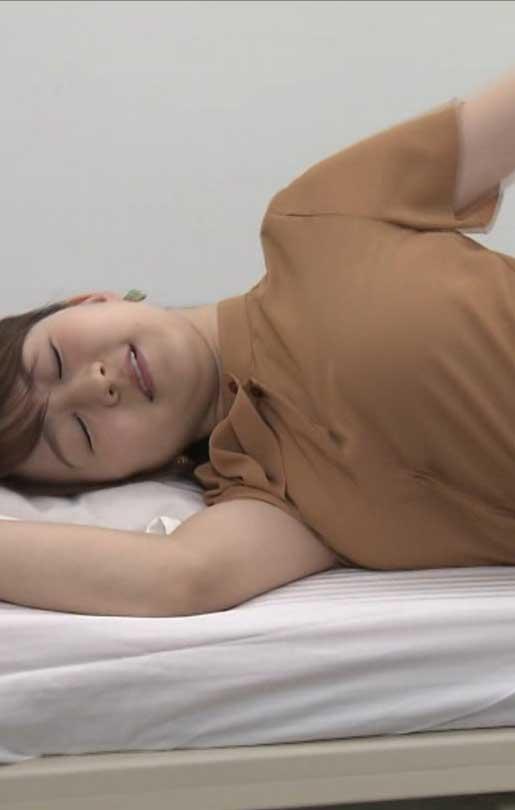 片渕茜アナ(23)の寝転び着衣おっぱいが抜けるww【エロ画像】