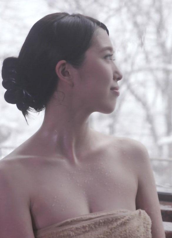 秦瑞穂(28)の谷間に背中ヌードが抜ける入浴シーンww【エロ画像】