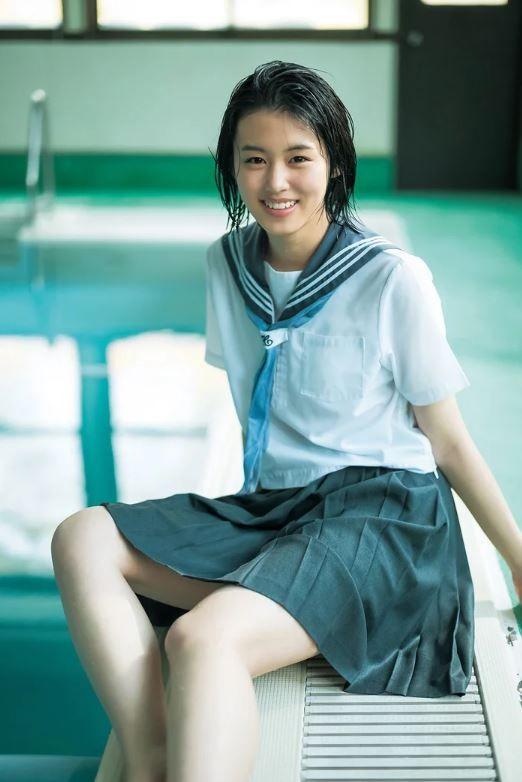 竹内愛紗(17)のびしょ濡れ髪の制服グラビアがエロいww【エロ画像】