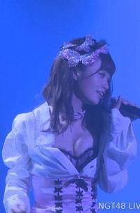 中井りか(20)が風俗嬢みたいなおっぱい丸見え衣装でコンサートww【エロ画像】