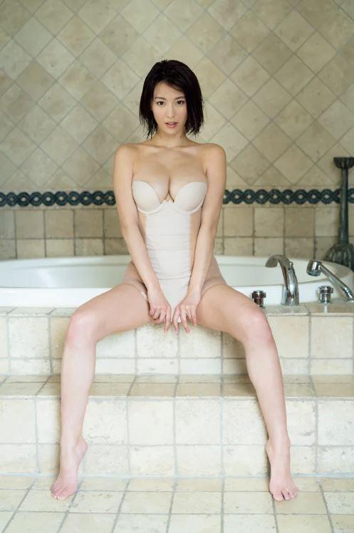 奈月セナ(23)のGカップエロボディが拝める水着グラビアが抜けるww【エロ画像】
