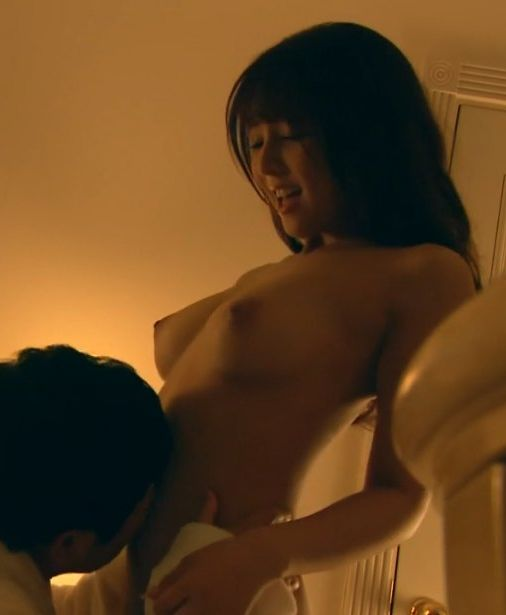 三上悠亜 (23)特命係長只野仁でフルヌード濡れ場!美乳がけしからんしこれは抜けるww【エロ画像】