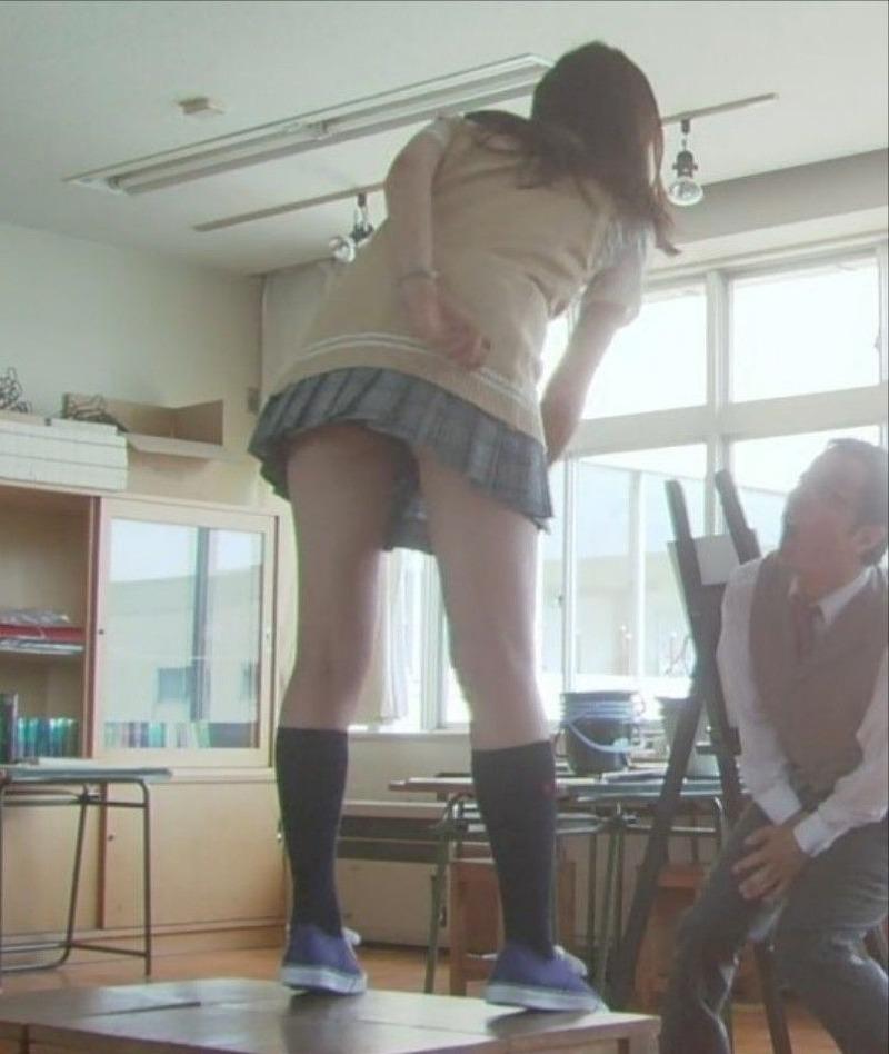 モデル・西内まりや(19)がドラマで制服パンチラ!美脚がけしからん【エロ画像】