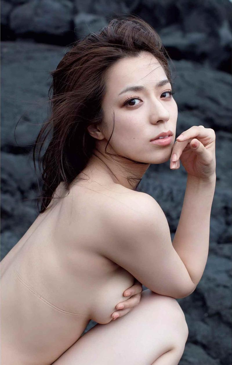 小瀬田麻由(23)のFカップおっぱいがハミ出た卑猥グラビアww【エロ画像】