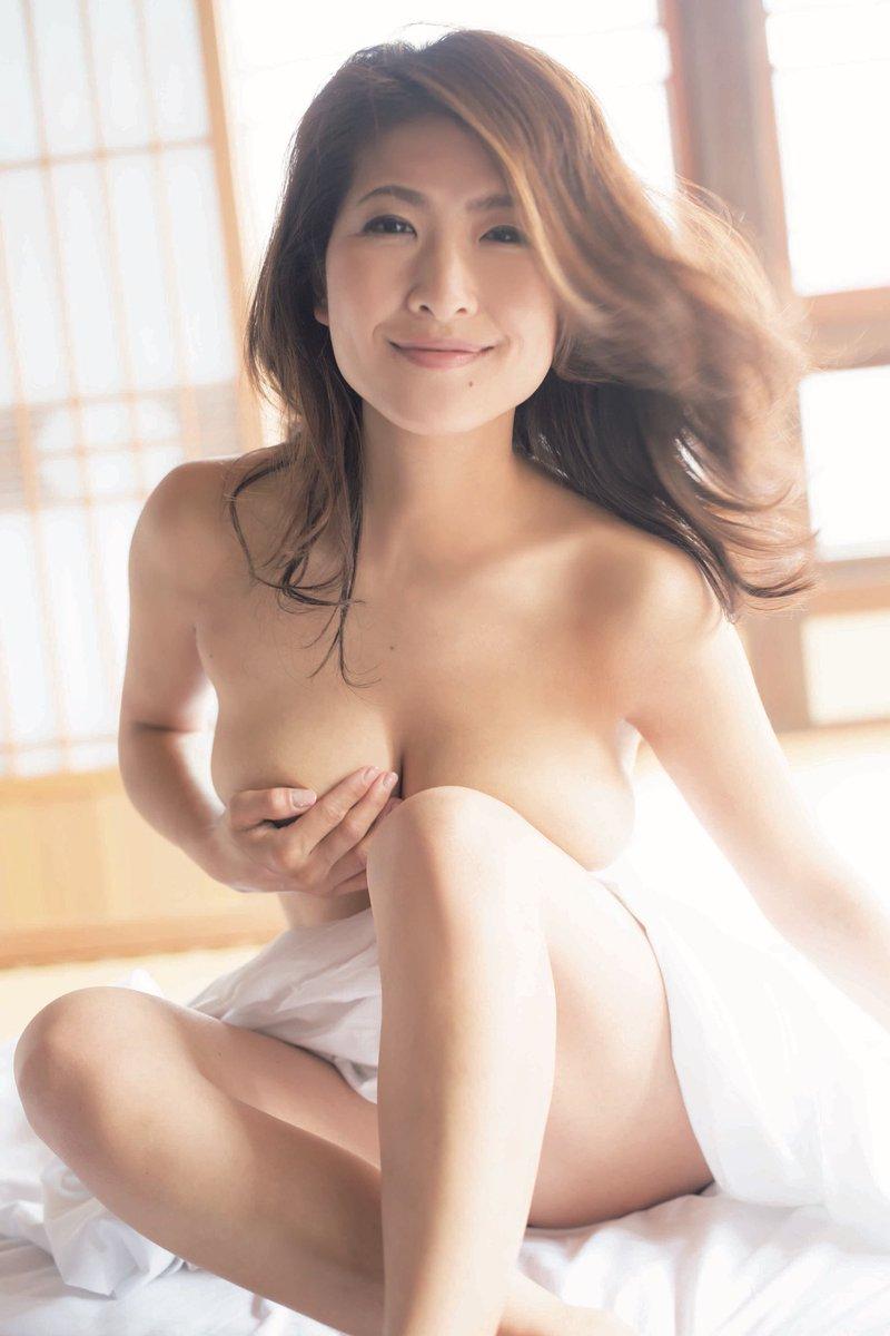 古瀬絵理アナ(39)スイカップ女子アナの写真集がまだまだ抜ける!ww【エロ画像】