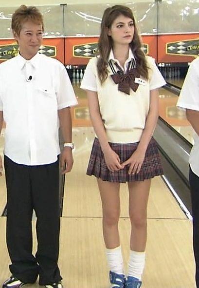 超美人モデル・マギー(22)がJK制服姿でパンチラwwwデカ尻に突っ込みたいwww【エロ画像】